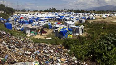 Genopbygningen i Haiti bliver hindret af de hjemløses modvilje mod at forlade deres lejre, og af tvivl om, hvem der ejer jorden, der skal bygges på. Ingen politikere ønsker at tage slagsmålet før efter valget senere i år, og resultatet kan blive, at slumlejrene bliver permanente 'megaslums', advarer iagttagere
