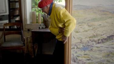 Henrik Swane er primært fotograf, men har også arbejdet med malerkunst - ligesom resten af sin familie. Her ses Henrik Swane i barndomshjemmet Malergårdens atelier med et af sine malerier fra de mange rejser i Portugal og Spanien.