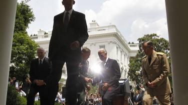 Håndtryk på Det Hvide Hus' trappe efter general Petraeus udnævnelse til Afghanistan-chef. Men der er hverken meget venskab eller enighed bag kulisserne.