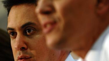 Brødrene Ed og David Miliband er begge favoritter til formands-posten i Labour. Valget afgøres i morgen.