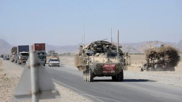 Et armeret køretøj fra 5th Stryker Brigade Combat Team, 2nd Infantry Division, ruller frem på landevejen mod Kandahar.   I dag begynder en retssag mod fem af divisionens soldater, der anklages for bevidst at have myrdet civile afghanere. Syv andre soldater står anklaget for at dække over forbrydelserne.