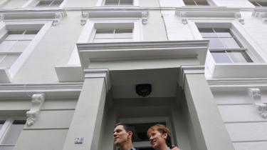 David Miliband havde ikke andre muligheder end at annoncere sin afgang fra toppolitik, efter at broderen Ed vandt formandsopgøret. Her er han fotograferet sammen med sin kone uden for parrets hus i London