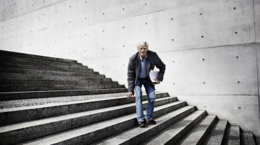 Hans-Christian Ströbele, her på en trappe i den tyske forbundsdag, har bemærket, at den tyske nationalfølelse, der efter Anden Verdenskrig blev skruet ned til det ydmyge, er ved at få øget betydning for en yngre generation. Og det bekymrer ham.