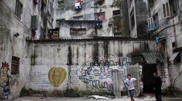 Beboerne i det besatte hus i Rua Maua 340 i Sao Paulos historiske bymidte, Luz-kvarteret, deler en særdeles usikker boligsituation med mange andre i megabyen. Men modsat 400.000 andre har dé i det mindste tag over hovedet.