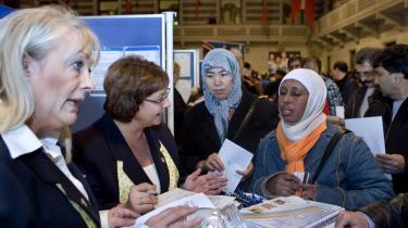 To ledige kvinder ved en stand på en stor jobbørs, der foregik på Københavns Rådhus. 22.000 ledige var inviteret til den.