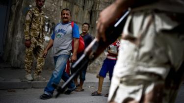 Bevæbnede sunni'er ved et tjekpoint i et af de områder som de dominerer i det nordlige Bagdad. Sunni'ernes frygt er, at en ny regering under al-Maliki vil føre en politik, de kalder 'en omvendt Saddam' - hvor det shiitiske befolkningselement vil tilsidesætte sunni'ernes interesser.