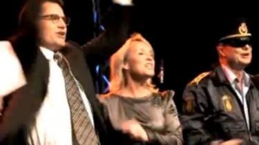 Sangerinden Nanna Lüders er rasende over, at Konservative brugte hendes Afrika-sang til at hylde sig selv på weekendens landsråd. Mens sangerinden planlægger erstatningskrav mod partiet, lægger Konservative røret på