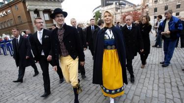 Sverigedemokraternas partileder Jimmie Åkesson og hans kæreste, Louise Erixson, mødte op   i folkedragter til åbningen af Riksdagen.