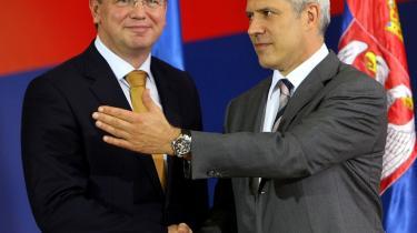 Der trykkes hænder, når EU's  kommissær for udvidelse og naboskabspolitik, Stefan Fule (t.v.) møder den serbiske præsident Boris Tasic. Men serberen manglende evne til at opfylde Unionens optagelsesbetingelser kan snart få smilene til at blegne.