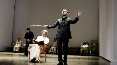 Bue Wandahls sadistiske, fløjtespillende præst lyser i en ellers forfejlet 'Fanny og Alexander' på Århus Teater.