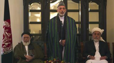 Hamid Karzais regering i Afghanistan har haft samtaler med Haqqani-klanen i løbet af sommeren. Amerikanerne har haft kontakt med oprørerne gennem en vestlig mellemmand
