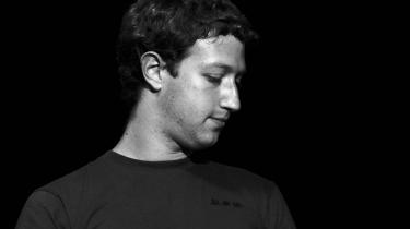Historien om Facebook og Mark Zuckerberg er fuld af anekdoter om et ungt menneske, der ikke evner at kommunikere normalt og derfor drives til at skabe et socialt netværk online i studietiden på Harvard. Det hævder en ny Hollywood-film i hvert fald