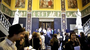 Nye studerende ankommer til den store sal ved den traditionelle immatrikulations-fest på Københavns Universitet ved begyndelse på studierne i 2010. Et stort antal unge blev afvist, fordi universiteterne ikke har kapacitet nok. Og den tendens vil fortsætte fremover, hvis ikke en del af globaliserings-pengene bliver brugt til at opruste uddannelsesmæssigt, mener tænketank