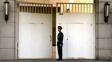 En vagt står foran porten til kommunistpartiets årlige 4-dages lukkede landsmøde i Beijing. hvor der blev diskuteret strategi for de næste fem år. Mødet endte uden specifikke tiltag omkring politiske reformer, siger ekspert i kinesisk politik