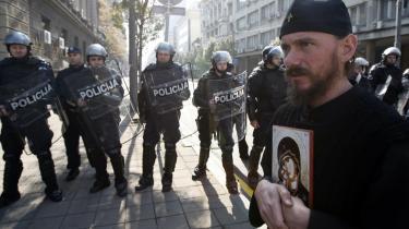 En ortodoks præst protesterer mod en Gay Pride-parade for nylig, der udviklede sig til brutale optøjer, da højreekstremister og ortodokse organisationer angreb marchen og de eskorterende betjente. Nylige optøjer ses af iagttagere blandt andet som en protest mod tilnærmelserne mellem EU og Serbien.