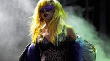 """Var Lady Gagas """"Monster Ball"""" i Hernings nye multiarena som Manzonis """"lort på dåse""""? I så fald var det en meget livlig bakteriefest, der foregik derinde - og koncerthallen var en velstøbt dåse, der elegant blev lirket op af den paradoksale popfantast, der prædiker individualitet gennem mainstream musik"""