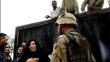 Irakere venter på nyt om deres kære foran sikkerheds-tjenestens fænglser i Bagdad. Nu fortsættes historien på WikiLeaks.