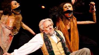 King Lear på Bådteatret ser tilforladelig ud i sin almindelighed. Men hans døtre knækker i albuerne, så tilskueren straks flygter ud af væmmelsen og over i eftertanken.