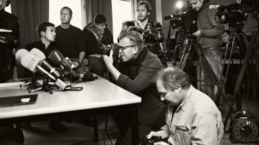 Hele verden følger med. »Det kommer til at tage lang tid, måske måneder, før vi fanger ham,« sagde länspolisens chef, Börje Sjöholm, ved det daglige pressemøde på Malmø politistation, mens pressen trådte hinanden over tæerne. Snigskytten fra Malmø er blevet en fortælling, der rækker ud over den simple kriminalhistorie.