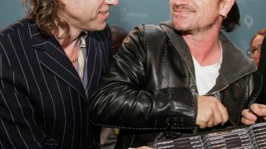 Bob Geldof (t.v.) og Bono opnåede superstjernestatus i forlængelse af Live Aid-koncerterne i 1985. Men Vestens velmente indsats har i stedet for at hjælpe de sultende været med til at understøtte en række undertrykkende regimer i Afrika, hævdes det i ny britisk bog.