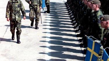 Sveriges Kong Carl Gustaf skridter fronten af. Forestillingen, om at Sverige selv styrer sine tropper, lever fortsat, selv om NATO og USA for længst har taget over.