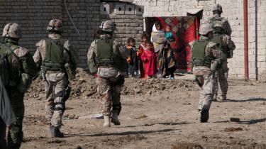 Soldaterne i Irak løste blot den opgave, som politikerne stillede dem. Men i dag er politikerne i gang med at skubbe ansvaret for, hvad der foregik under Irak-krigen, over på soldaterne, mener Jesper K. Hansen, der er formand for Danmarks største fagforening. På billedet ses danske soldater på patrulje i Basra i 2006.
