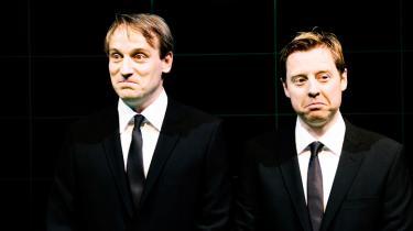 Duoen Rasmus Botoft og Martin Buch  bedre kendt som satiriker-crewet Rytteriet  har med succes overført deres radio- og tv-komik til teatret
