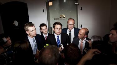 Kristian Thulesen Dahl, DF (tv.), Brian Mikkelsen, K (mf) og Per Ørum Jørgensen, Kristen-demokraterne (tv.) præsen-terede i går vækstpakken i   en pause under finanslovs-forhandlingerne, som også   har resulteret i en udlændinge-aftale med bl.a. et pointsystem, der kritiseres af en   række eksperter.