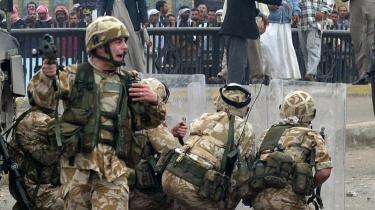 Britiske soldater i aktion i   Basra i 2004. Allerede i 2003 rapporterede Amnesty om sager, hvor de britiske soldater skulle have brugt tortur   mod irakiske fanger