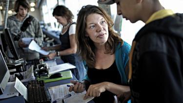 Sagsbehandlere og jobsøgende på jobcenter i Skelbækgade. Fra flere sider er der bekymring for, om regeringens aktiveringsplan hovedsageligt er skabt for at spare penge, snarere end at skaffe flere i job.