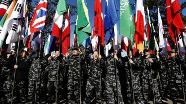 Medlemmerne af en sydkoreansk militærenhed demonstrerer  til fordel for G20 uden for alliancens møde i Seoul på et tidspunkt, hvor gruppen ellers er i strid modvind for hverken at være specielt repræsentativ eller kompetent til at løse en række af klodens væsentligste udfordringer.