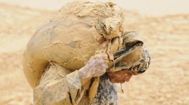 En kinesisk arbejder pukler i en metalmine i Jiangxi-provinsen i Kina. Landets mange sjældne metaller, som indgår i den grønne teknologi, kan få samme betydning for Kina, som olien har haft for Mellemøsten.