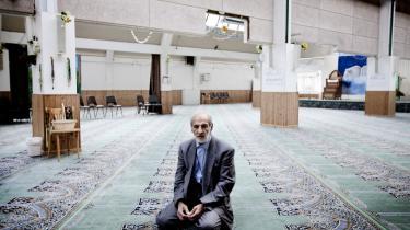 En frivillig medhjælper i den nuværende moské på Vibevej. Snart skal der bygges en ny shiamuslimsk moské.
