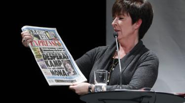 Den svenske presse har i den seneste tid været hård ved Socialdemokraternas leder Mona Sahlin. Hårdere end fortjent, vurderer historiker og kommentator på Dagens Nyheter Henrik Berggren. I går var der krisemøde i partiets topledelse, men Sahlin er fortsat partileder.