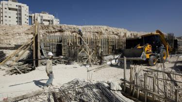 Palæstinensiske bygningsarbejdere i gang med at bygge nye huse i den israelske bosættelse Har Homa   i Østjerusalem. Bosættelsen opføres på et område, der blev besat af Israel efter Seksdageskrigen i 1967.