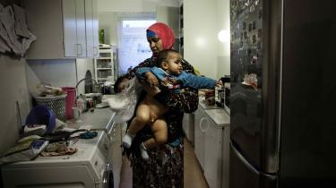 De kommende måneder bliver svære for Salado Hassan fra Somalia. Holbæk Kommune mener ikke, at den 38-årige mor til fem mindreårige børn reelt er enlig, og kommunen har derfor stoppet for børnetilskud, friplads og boligsikring