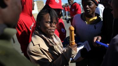 Aidsaktivister i Sydafrika mener, at det er et skridt i den rigtige retning, at Paven nu udtaler, at kondom kan bruges under visse betingelser. Men de ville ønske, at han sagde, at kondom er en effektiv måde at stoppe aids på. Her viser en frivillig aktivist, en gruppe unge mænd i Johannesburg, hvordan de skal bruge et kondom.