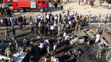 Irakiske sikkerhedsstyrker inspicerer stedet efter en bilbombe i Najaf i det sydlige Irak. Ifølge UNHCR angriber forskellige militante grupper for tiden 30 civile mål om dagen med raketter, bomber, morterer og håndvåben