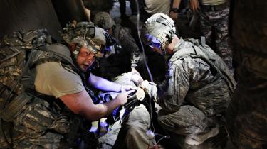 En såret amerikansk soldat får førstehjælp af læger i landsbyen Bargematal i Afghanistan.