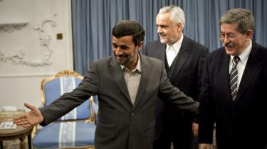 Irans præsident, Mahmoud Ahmedinejad (t.v), og resten af det iranske styre lader sig ikke diktere af omverdenen, heller ikke   af NATO. Her ses præsidenten i selskab med Algiers premierminister, Ahmed Ouyahia (t.h), og den iranske   vice-præsident, Mohammad Reza Rahimi.
