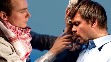 Sønnen Anders (Thomas Knuth-Winterfeldt) forsøger med de midler, han har, at stoppe farens (Thomas Bang) blødning.