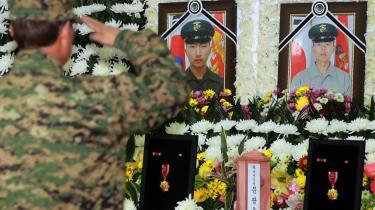 En sydkoreansk soldat mindes de sydkoreanske soldater, som blev dræbt under Nordkoreas angreb. Nu vil sydkoreanerne have regeringen til at rette ryggen og handle.