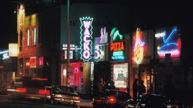 Myter. 'Scener fra Sunset Boulevard', hvis stemningsfulde reportager, macho-lyriske sprog og intelligente tanker vil begejstre enhver, der er håbløst forelsket i Los Angeles.