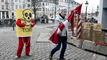 Greenpeace protesterer mod giftskibets planlagte rejse fra Australien til Danmark, som Karen Ellemann nu har sat i bero ... efter behørige protester fra opposition og løsgængere.