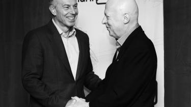 Høflighed. Der var smil og pæne håndtryk mellem Blair og Hitchens inden debatten, men da den gik i gang, blev der ikke vist nåde.