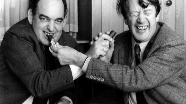 Mogens Glistrup (t.v.) og Erhard Jakobsen deler marcipanbrød   i slutspurten op til jordskredsvalget i 1973.