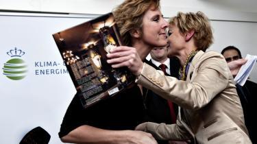 Ny klima- og energiminister Lykke Friis bydes velkommen i Klima- og Energiministeriet af sin forgænger Connie Hedegaard den 24. november 2009. Tiden under Connie Hedegaard var præget af optimisme. I dag er ministeriet præget af stilhed.