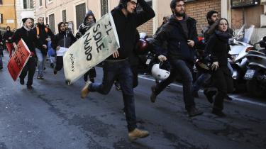 I Rom har studerende demonstreret mod reformen ved bl.a. at bremse trafikken og besætte uddannelsesinstitutioner og monumenter.