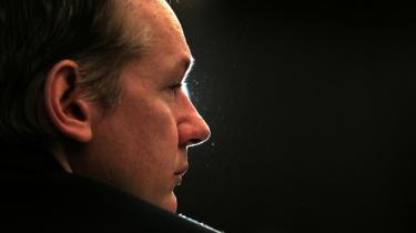 Wikileaks er under beskydning. Senest er wikileaks-leder Julian Assanges forsvarsfond og personlige midler i en schweiziske bank blevet indefrosset.