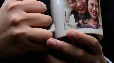 En gruppe lovgivere mødtes i går i Hong Kong for at udtrykke deres støtte til den fængslede kinesiske menneske-rettigheds-aktivist og modtager af Nobels fredspris, Liu Xiaobao, her afbilledet med sin kone.